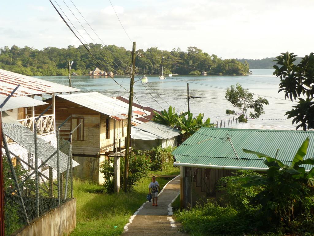 Sicht auf die Bucht ausgangs Dorf