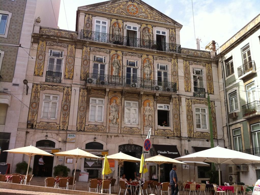 Ein wunderschoenes gekacheltes Haus, wie man in Lissabon viele sieht