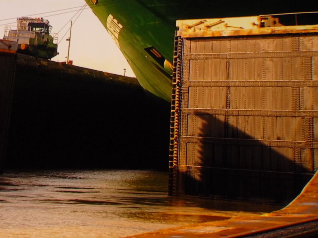 Gezogen werden die Schiffe in den Schleusen durch superstarke Lokomotiven