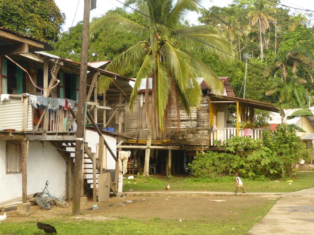 Dorfleben in Old Bank auf der Insel Bastimentos