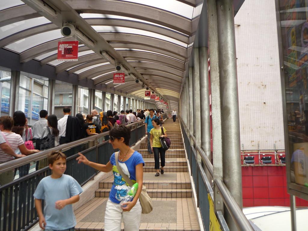Auf der laengsten Rolltreppe der Welt: die Midlevel Escalators
