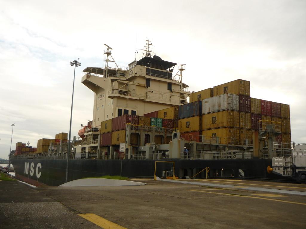 Das Schiff hat die letzte Schleuse Richtung Pazifik hinter sich gelassen