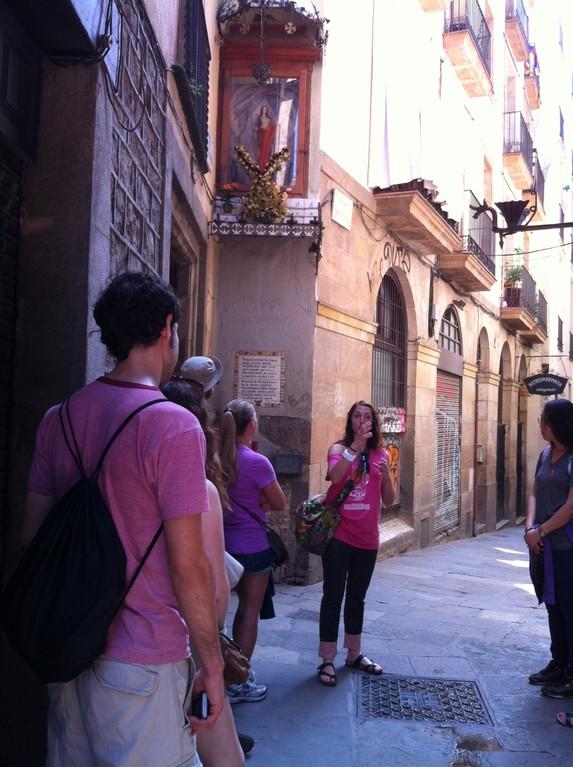 Auf einer Stadtführung vor dem Schrein der Heiligen Eulalia