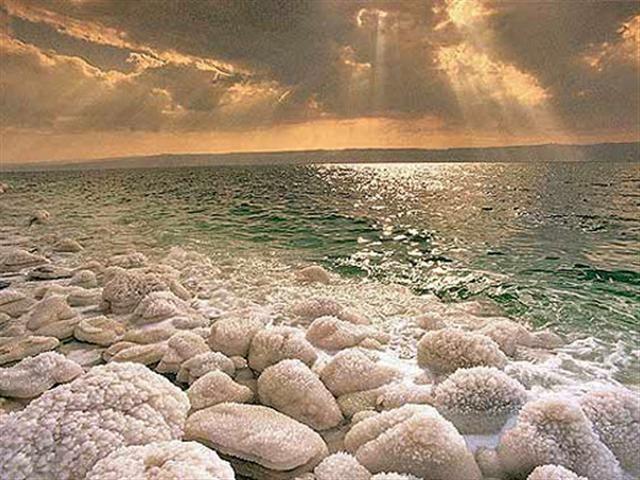 Морская соль традиционно входит в состав многих кремов, масок, тоников и лосьонов. При использовании косметики с морской солью улучшается цвет лица, поры сужаются, кожа становится гладкой и бархатистой.