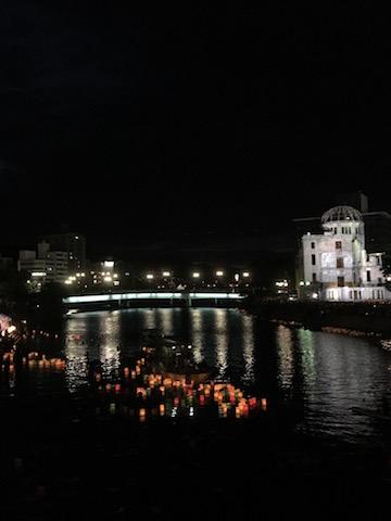 """Lichtermeer auf dem Fluss mit dem """"A-Bomb-Dome"""""""