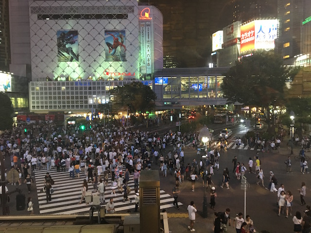 Die riesige Kreuzung in Shibuya, hier gehen rund 3000 Menschen über die Kreuzung in einer Grünphase