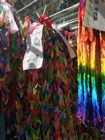 tausende Origami-Kraniche