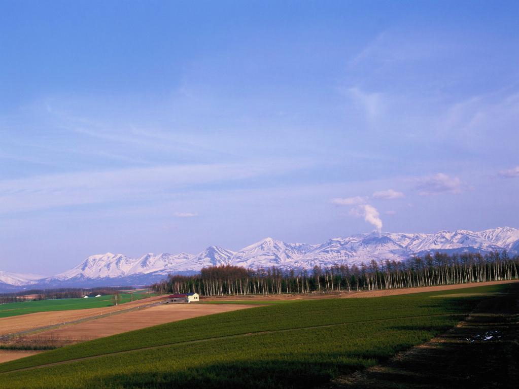 北海道美瑛町 春の十勝岳連峰を望む