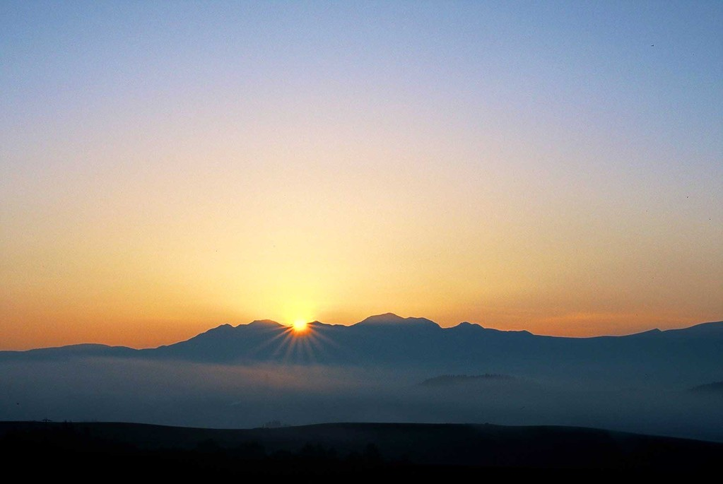 北海道美瑛町 大雪山に昇る朝日