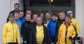 Die RSG Radler bei Antritt der Rückfahrt vor der Jugendherberge am Sorpesee. Trotz schlechten Wetters  waren alle Teilnehmer der Ausfahrt gut gelaunt.
