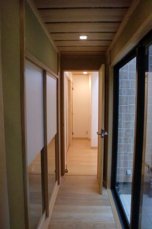 和室廊下よりホールを臨む