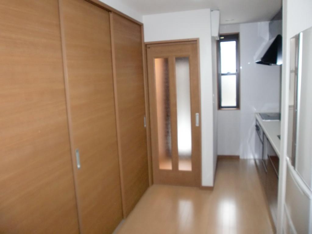 階段室とLDKの間仕切り3枚扉