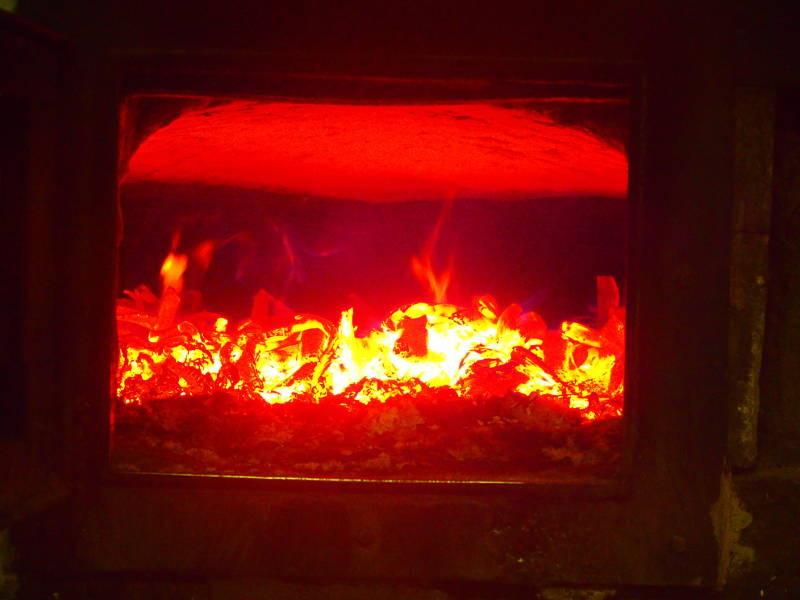 Heiß ist das Feuer im Holzofen