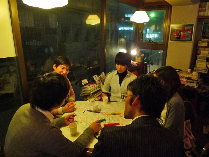 KITOS茶房の丸いテーブルはとってもいい感じ