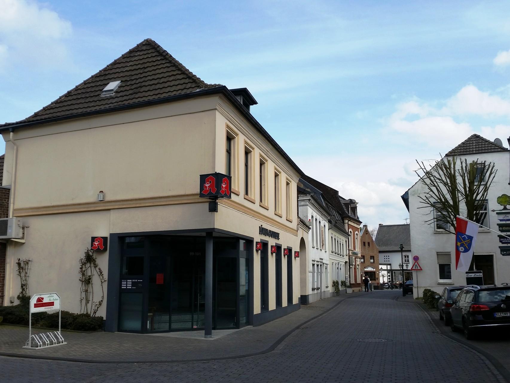 Löwen-Apotheke mit Blick in die Hochstraße