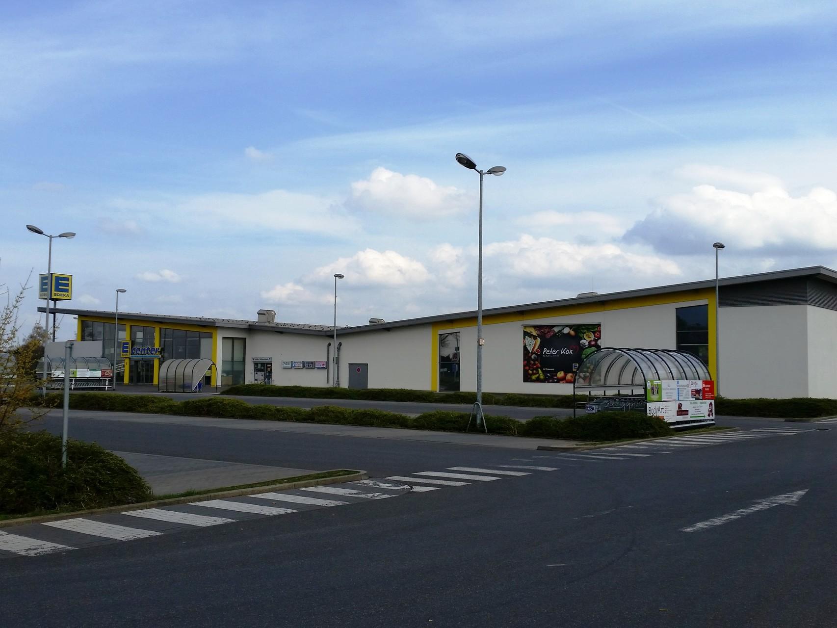 Geschäftszentrum an der B 9 mit EDEKA, DM-Drogeriemarkt, DEICHMANN, TAKKO und Getränkemarkt