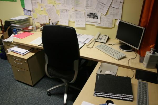 Schreibtisch mit Rollcontainer in Birke Multiplex