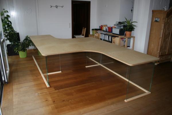 Schreibtisch aus Birke Multiplex mit Glasuntergestell ESG Weißglas