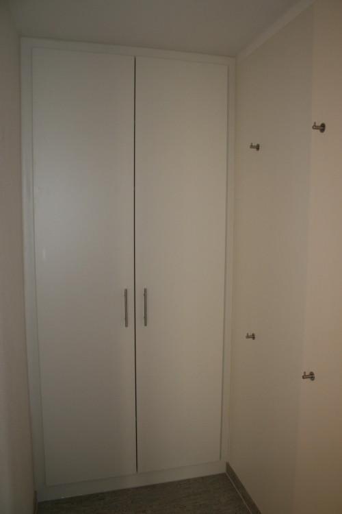 Einbauschrank als Garderobe mit seitlichem Garderobenbrett