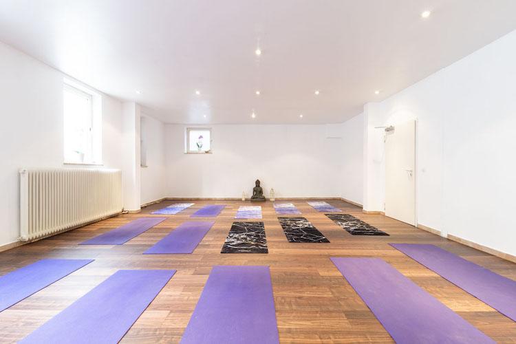 Yoga Studio mit Buddha und Matten