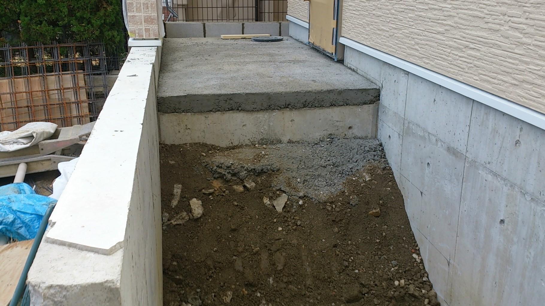 14/12/27 D棟の玄関には段差があるので、階段がつきます