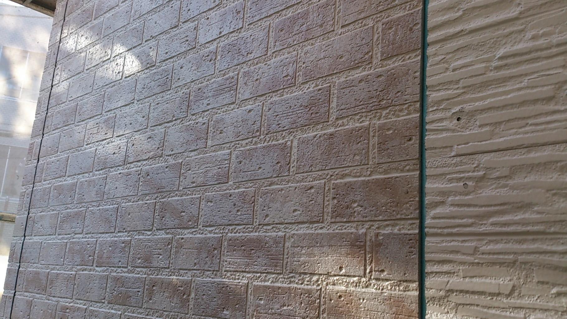 14/11/21 バルコニー部分の外壁は、薄いレンガ調です。