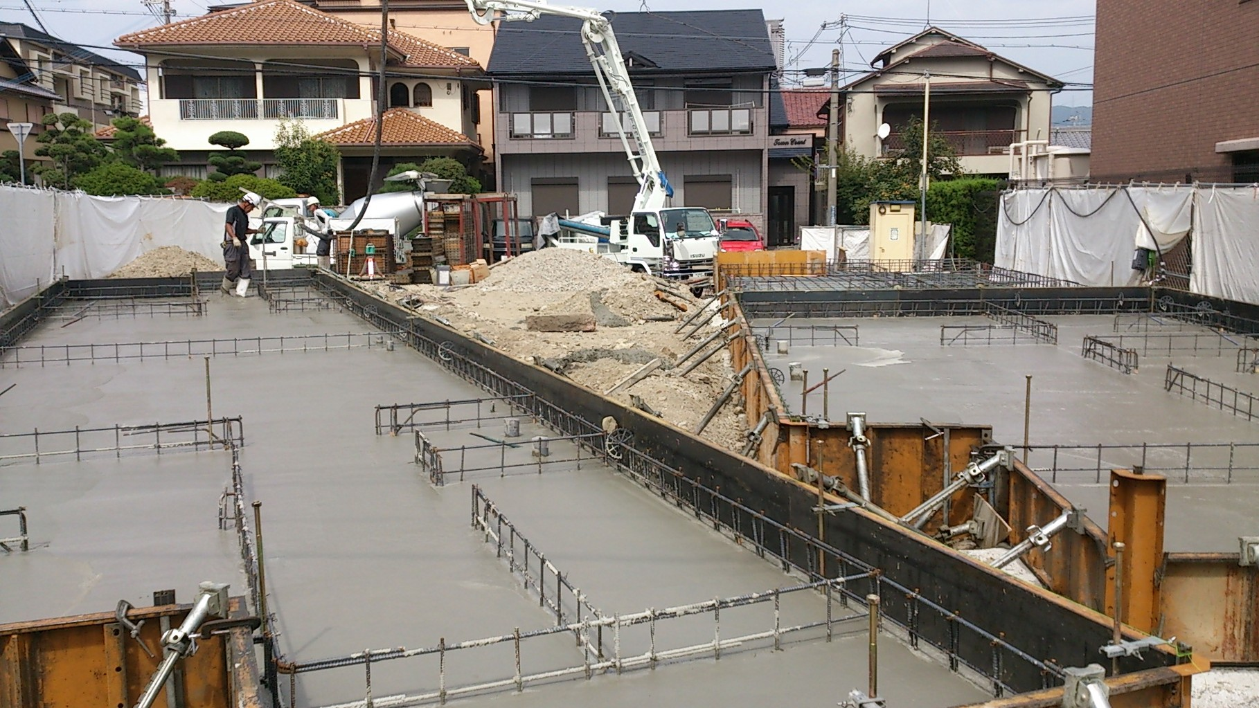 14/9/30 型枠にコンクリートが流し込まれました