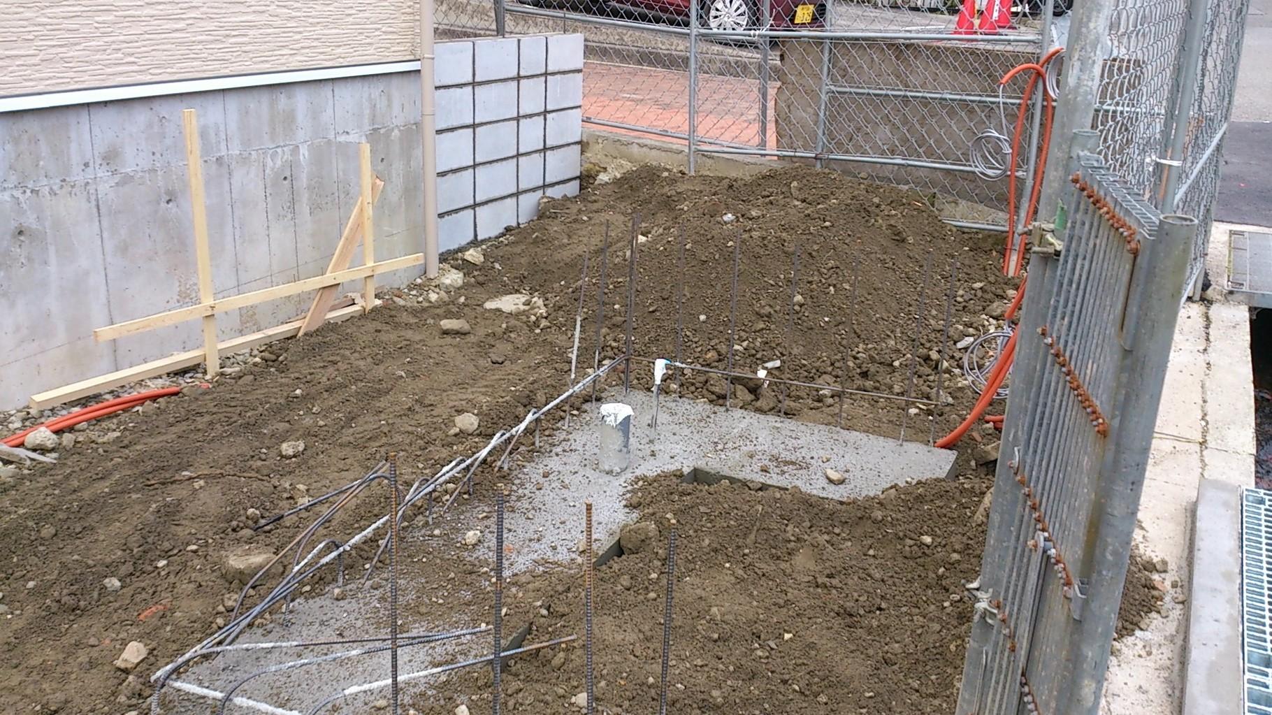 14/12/27 手前にゴミ置き場が、奥に駐輪場が設置されます