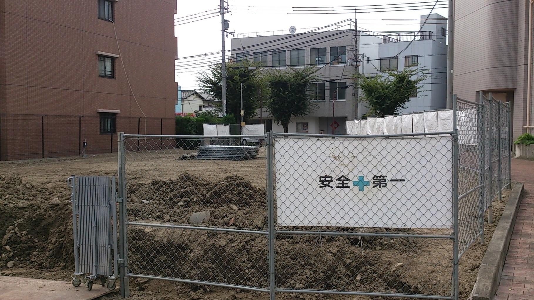 14/9/3 北側の駐車スペースを削り始めました