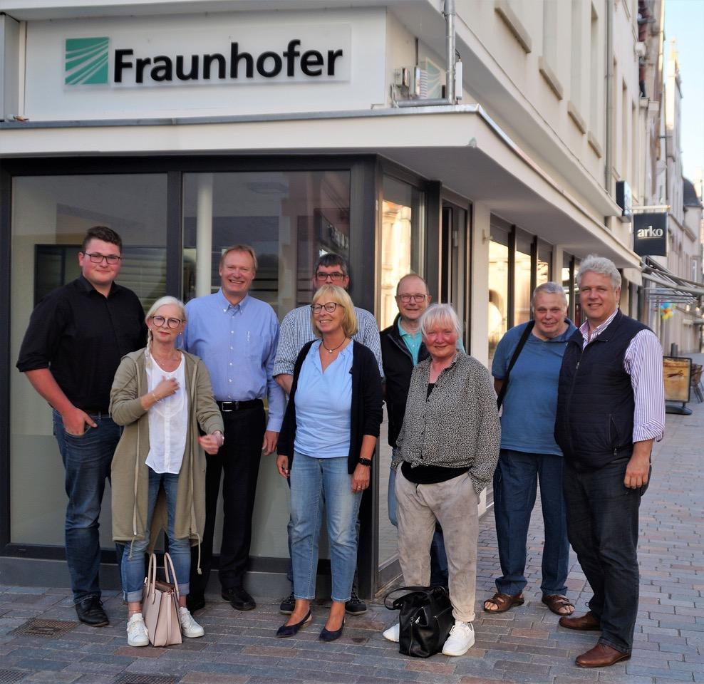 """FDP-Fraktion im """"Lemgo-Digital""""-Büro des Frauenhofer Instituts am Marktplatz in Lemgo  3. von links: Projektleiter Jens-Peter Seick, 4. von links: Fraktionsvorsitzende Barbara Schiek-Hübenthal  ganz rechts: FDP-Lemgo Vorsitzender Robert Adrian"""