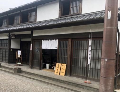 歴史ある街並みにある店舗の写真