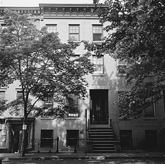 Mieszkanie Bill W i żony Lois w Brooklynie, Nowy Jork. Tutaj zaczął pomagać pierwszym alkoholikom