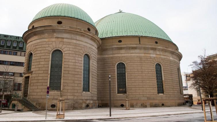 Die Denkmalschutzbehörden haben den Umbau der St.-Hedwigs-Kathedrale trotz erheblicher Bedenken genehmigt (Bernd von Jutrczenka/dpa)
