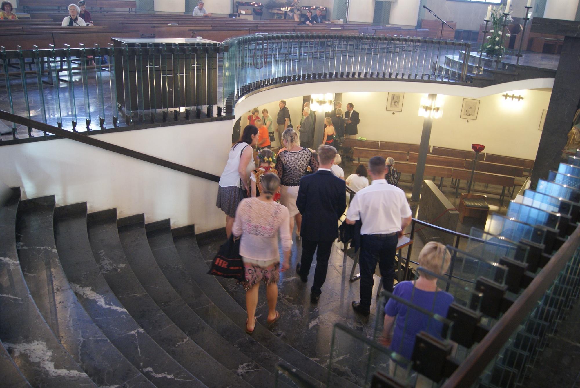 Prozession der Gläubigen zur Grabkapelle des Seligen Bernhard Lichtenberg innerhalb der Kathedrale