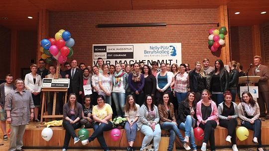 """Das Nelly-Pütz Berufskolleg hat dank Einsatz der Schülervertreter und Schüler die Auszeichnung zur """"Schule ohne Rassismus – Schule mit Courage"""" erhalten. Foto: Daniela Martinak"""