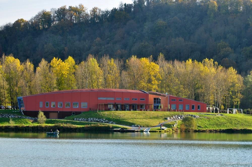 La maison des lacs, l'accueil des vacanciers, le restaurant, le bar et sa terrasse.