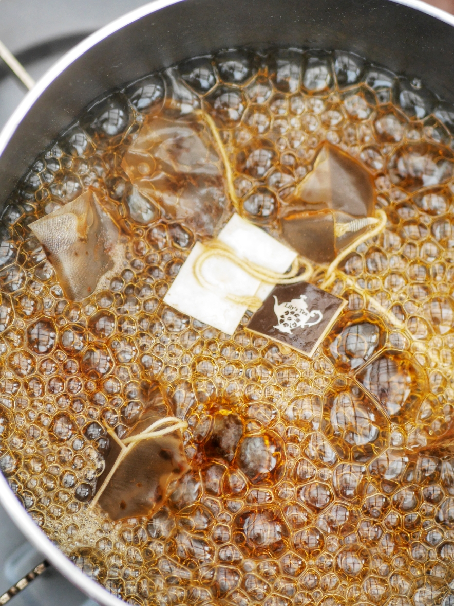Tea bagとお湯でぐつぐつ煮込む