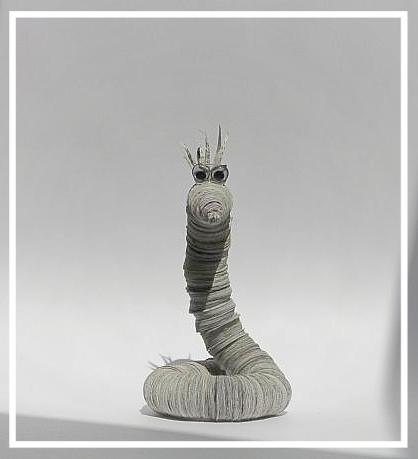 """(010) Bücherwurm Paul """"Solo""""(Körperdurchmesser2,5cm), 39,00€, zzgl. Versandkosten,  aus Zeitungsseiten  (FAZ) hergestellt.  Auch aus Buchseiten vorrätig."""