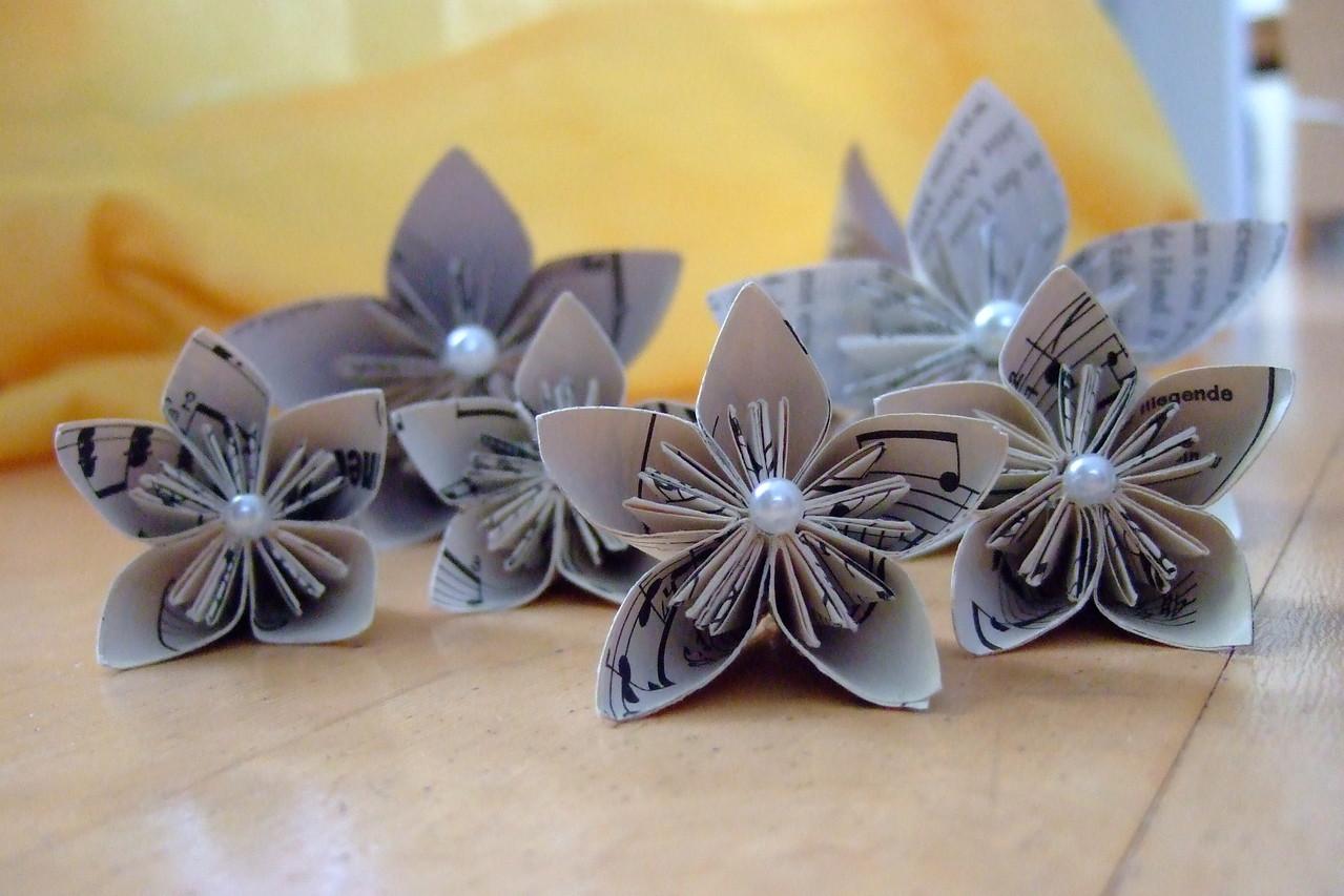 Kusudamablüten aus alten Musiknotenblättern Blütendurchmesser ca 8 cm 3,50 €
