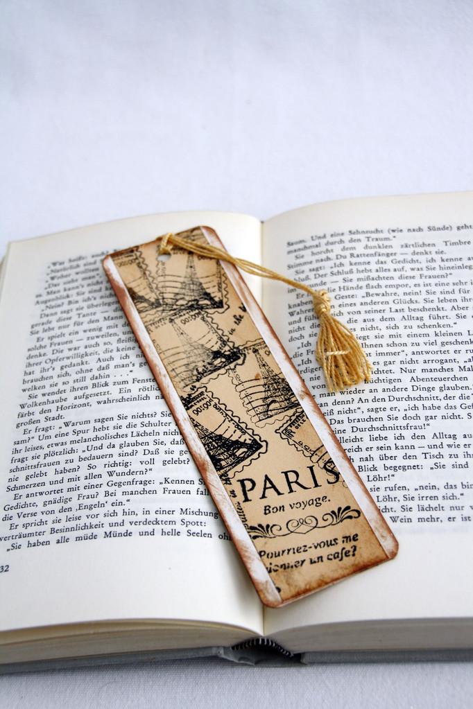 """Lesezeichen """"Paris"""" aus weißem und mittelbraunem Tonkarton, handbedruckt und antiquisiert, mit einer  Quaste aus Perlglanzgarn"""
