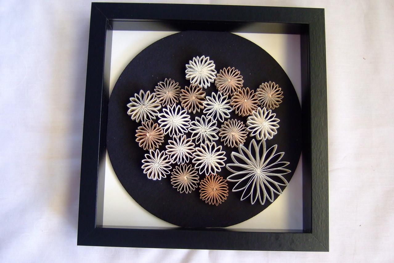 19 Buch-Blumen auf schwarzem Kreis 59,00€ z.Zt. nicht vorrätig,auf Wunsch in ähnlicher Form herstellbar