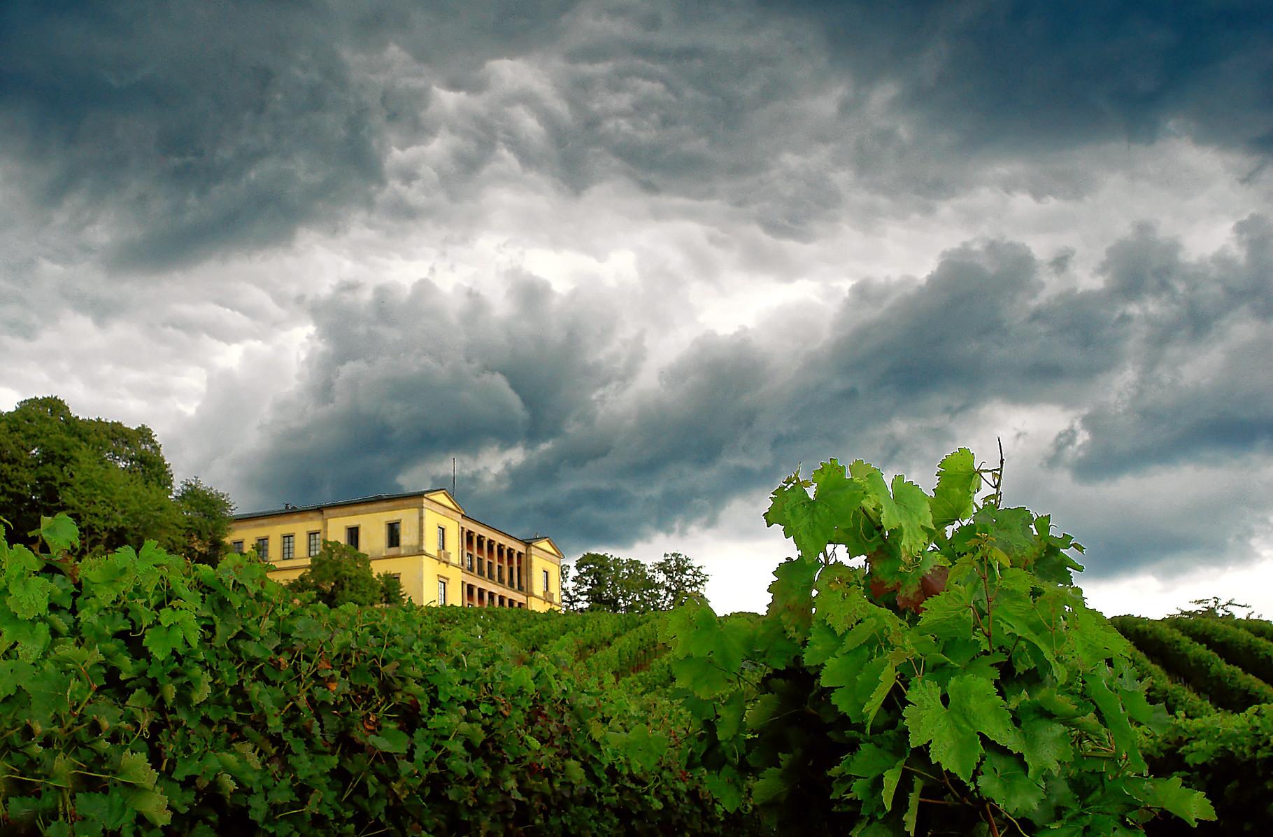 Schloß Villa Ludwigshöhe kurz vor einem Sommergewitter