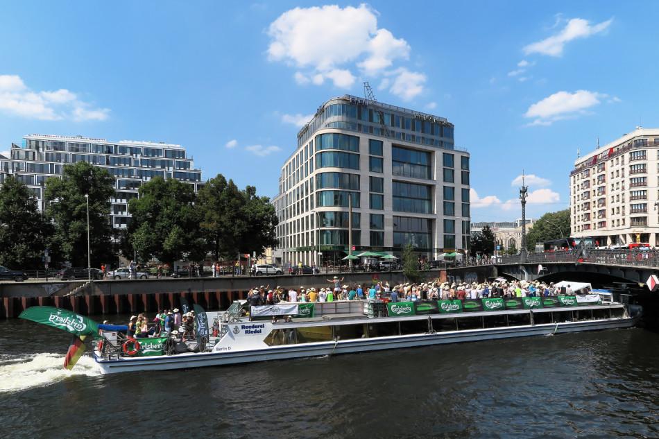 Berlin - Partyboot auf der Spree in Höhe der Friedrichstraße