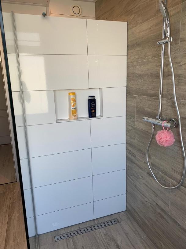 Inloop douche met 120 cm bij 30cm tegels  doorlopend op de muur