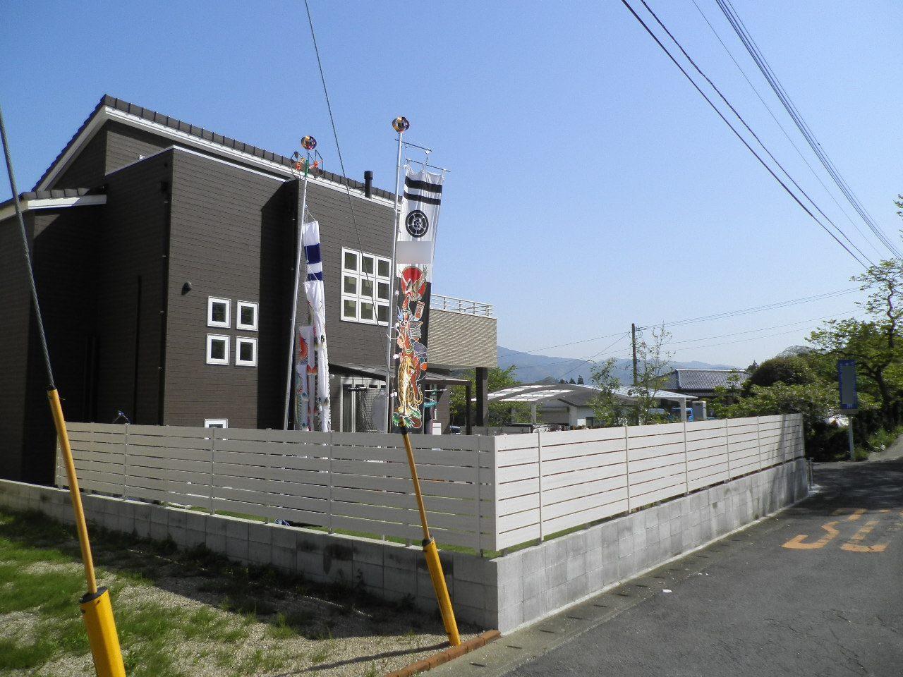 建物に映える白いフェンス