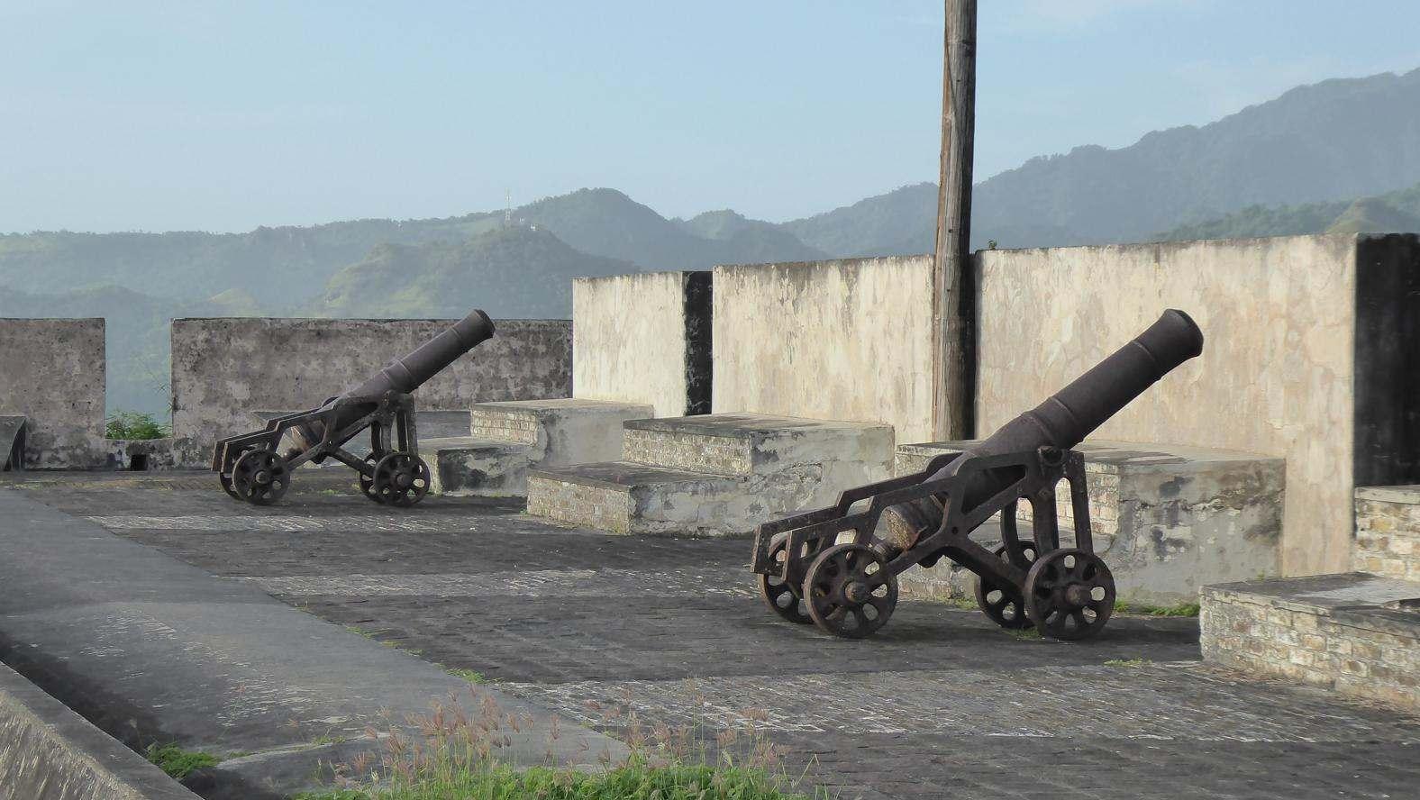 alte Kanonen auf Fort Charlotte
