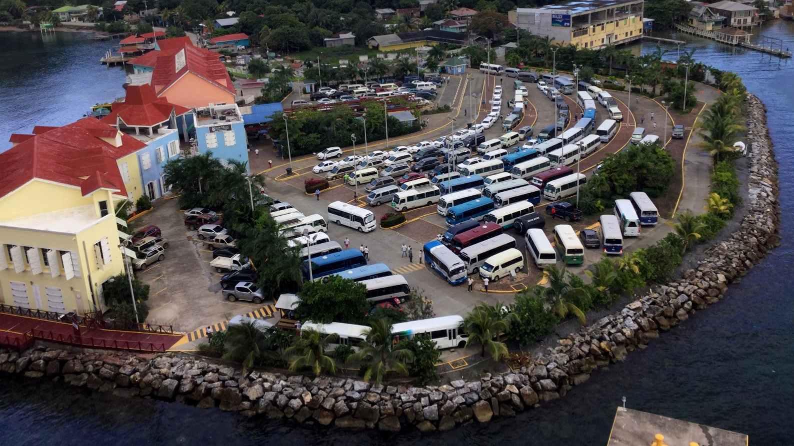 Taxen und Busse am Coxen Hole Main Pier