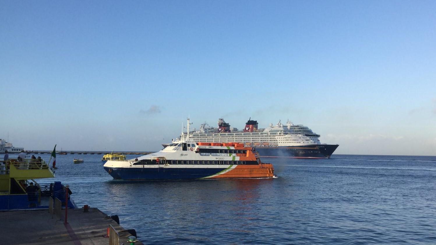 Kreuzfahrtschiffe und Fähre in San Miguel