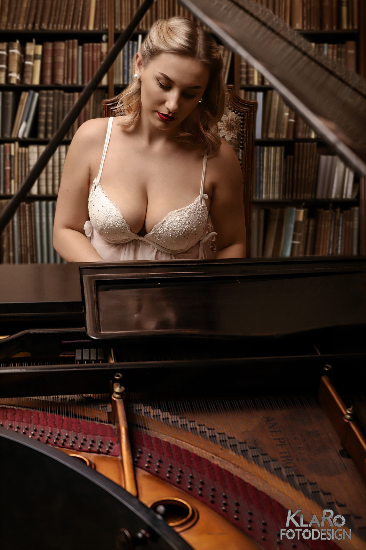 Play the old piano