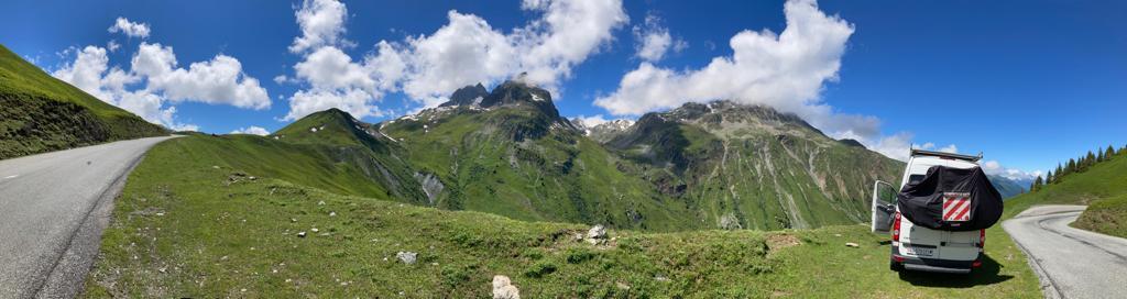 Begleitfahrzeug auf der Route des Grandes Alpes